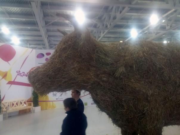 Корова из сена