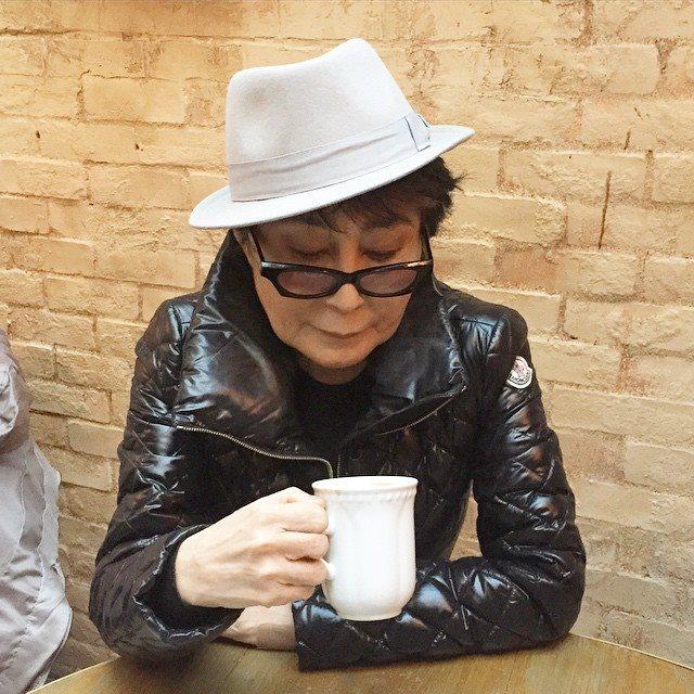 Йоко Оно рассматривает кофейную гущу и думает про помол