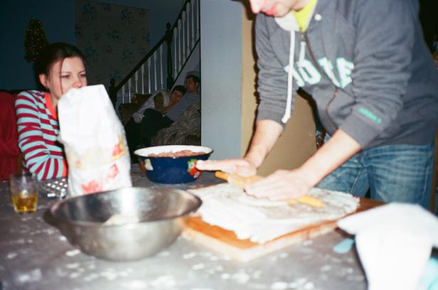 Лакостов раскатывает тесто