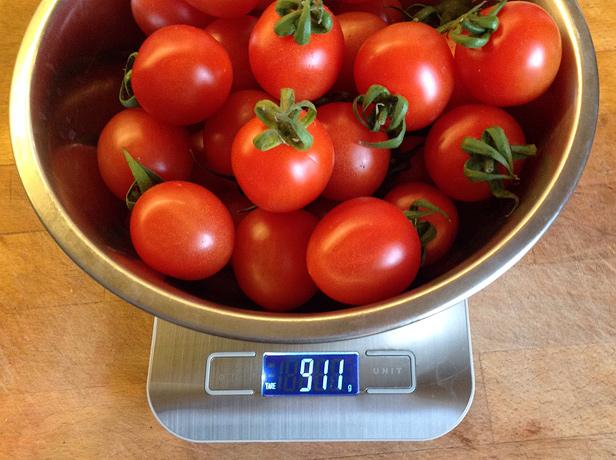 Взвешиваем исходные помидоры