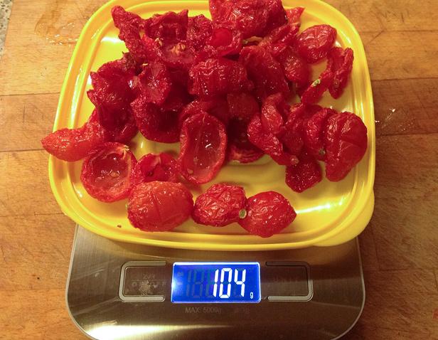 Взвешиваем помидоры после сушки